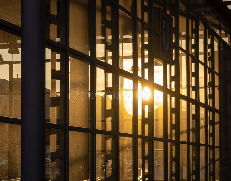 Αντανάκλαση του ήλιου ρύθμισης στην πλήρως βερνικωμένη πρόσοψη γεια στοκ εικόνες με δικαίωμα ελεύθερης χρήσης
