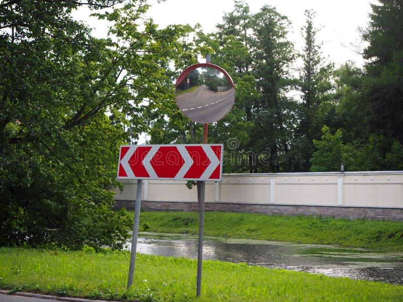 Αντανάκλαση του δρόμου στον καθρέφτη ασφάλειας κυκλοφορίας στοκ φωτογραφία