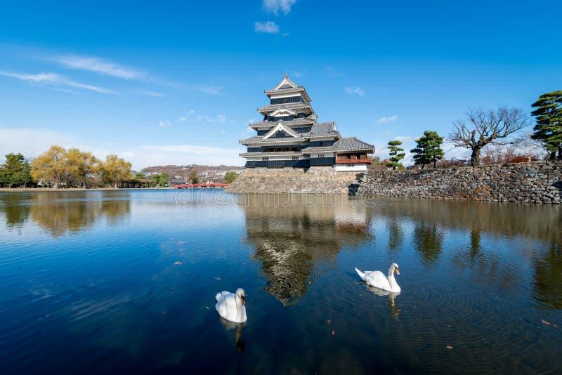 Αντανάκλαση του κάστρου του Ματσουμότο με τους κύκνους στο Ματσουμότο, Ναγκάνο, Ιαπωνία στοκ φωτογραφίες