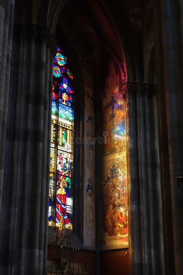 αντανάκλαση του λεκιασμένου γυαλιού σε μια εκκλησία στοκ φωτογραφία με δικαίωμα ελεύθερης χρήσης