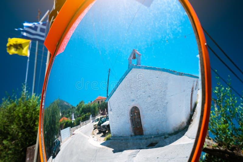 Αντανάκλαση του μικρού ελληνικού παρεκκλησιού στον καθρέφτη ασφάλειας κυκλοφορίας στοκ εικόνες