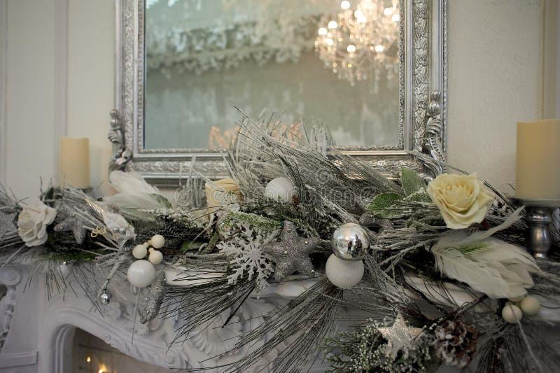 Αντανάκλαση του πολυελαίου στον καθρέφτη Γάμμα ασημένιος-τόνου Εγχώρια διακόσμηση για το νέο έτος στοκ εικόνα