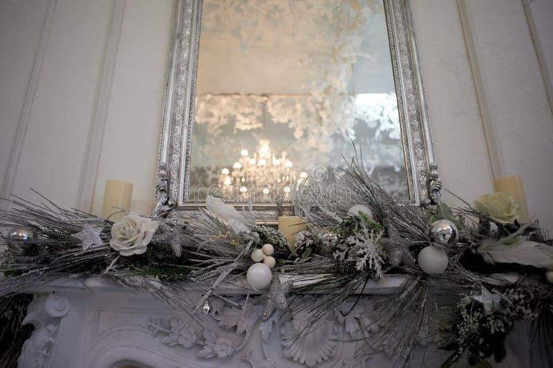 Αντανάκλαση του πολυελαίου στον καθρέφτη Γάμμα ασημένιος-τόνου Εγχώρια διακόσμηση για το νέο έτος στοκ φωτογραφία με δικαίωμα ελεύθερης χρήσης