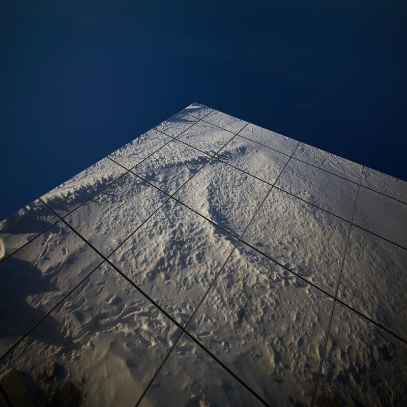 Αντανάκλαση του χιονιού στο λεκιασμένο παράθυρο γυαλιού στοκ φωτογραφία με δικαίωμα ελεύθερης χρήσης