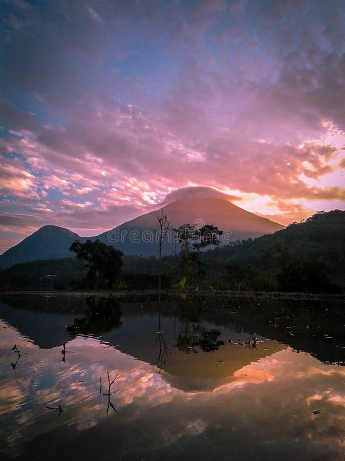 Αντανάκλαση του penanggungan βουνού όταν ανατολή στοκ εικόνες