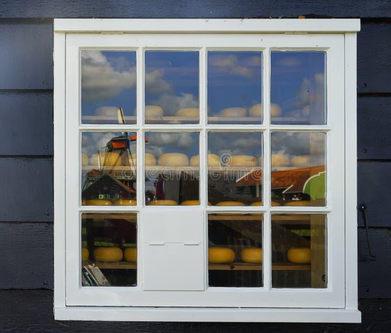 Αντανάκλαση των ανεμόμυλων Zaanse Schans στο παράθυρο στοκ εικόνες