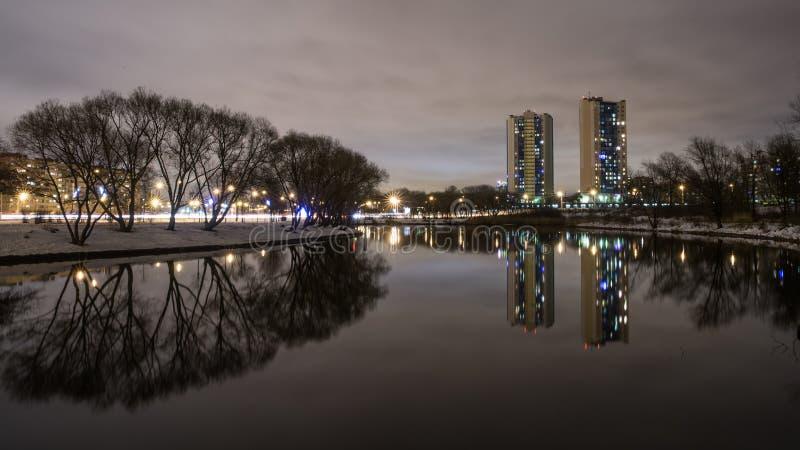 Αντανάκλαση των κατοικημένων κτηρίων πολυόροφων κτιρίων στη λίμνη 3 στοκ εικόνες