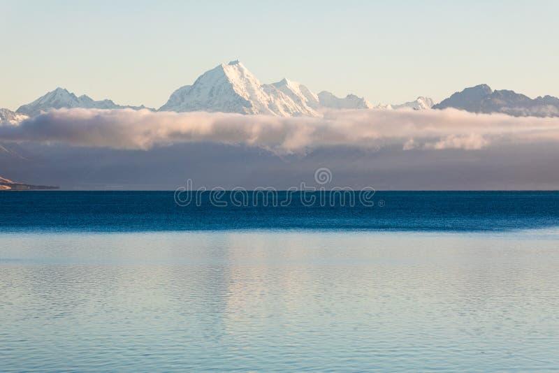 Αντανάκλαση χιονιού καλυμμένου από Mt Μαγείρεμα / Αοράκι στη Νέα Ζηλανδία`Νότια Νήσος στοκ φωτογραφία