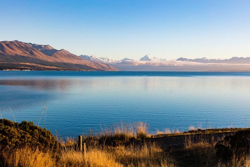 Αντανάκλαση χιονιού καλυμμένου από Mt Μαγείρεμα / Αοράκι στη Νέα Ζηλανδία`Νότια Νήσος στοκ εικόνες