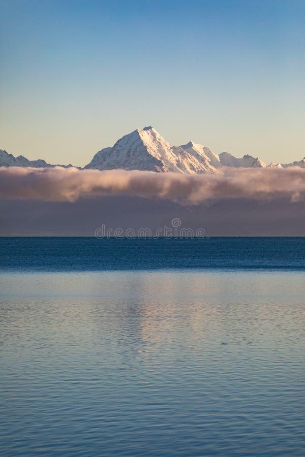 Αντανάκλαση χιονιού καλυμμένου από Mt Μαγείρεμα / Αοράκι στη Νέα Ζηλανδία`Νότια Νήσος στοκ εικόνες με δικαίωμα ελεύθερης χρήσης