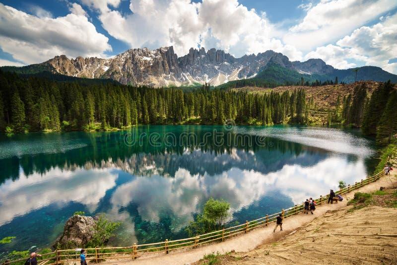 Αντανάκλαση Latemar στη λίμνη Carezza στοκ φωτογραφία με δικαίωμα ελεύθερης χρήσης