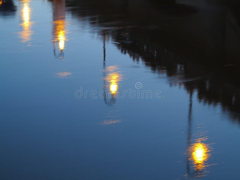 Αντανάκλαση λαμπτήρων οδών στο νερό τη νύχτα στοκ εικόνες