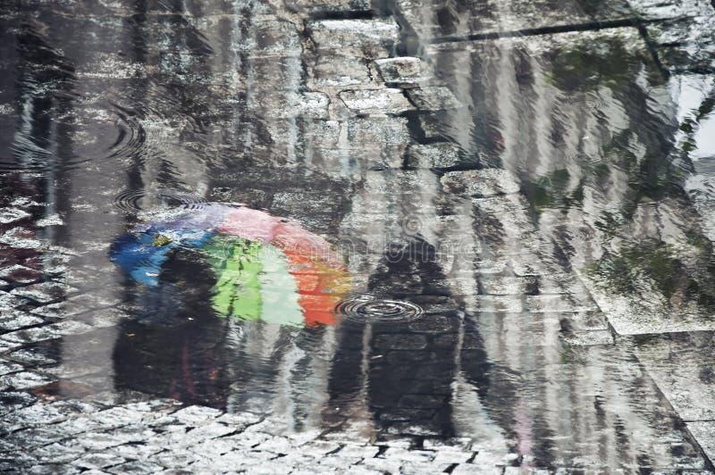 Αντανάκλαση ενός ζεύγους με μια ομπρέλα ουράνιων τόξων στοκ φωτογραφία με δικαίωμα ελεύθερης χρήσης