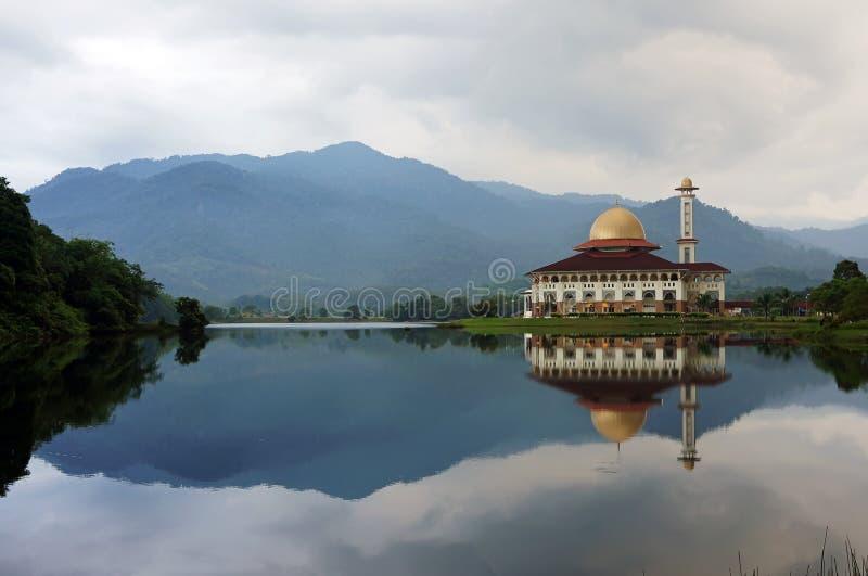 Μουσουλμανικό τέμενος από την όχθη της λίμνης στοκ φωτογραφίες