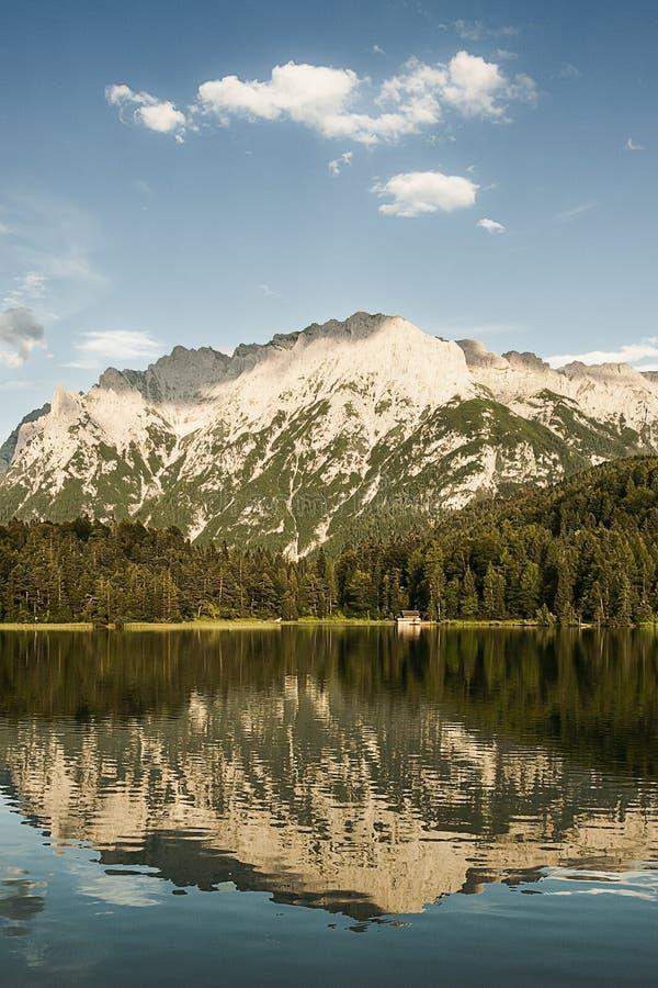 Αντανάκλαση λιμνών βουνών στοκ εικόνες