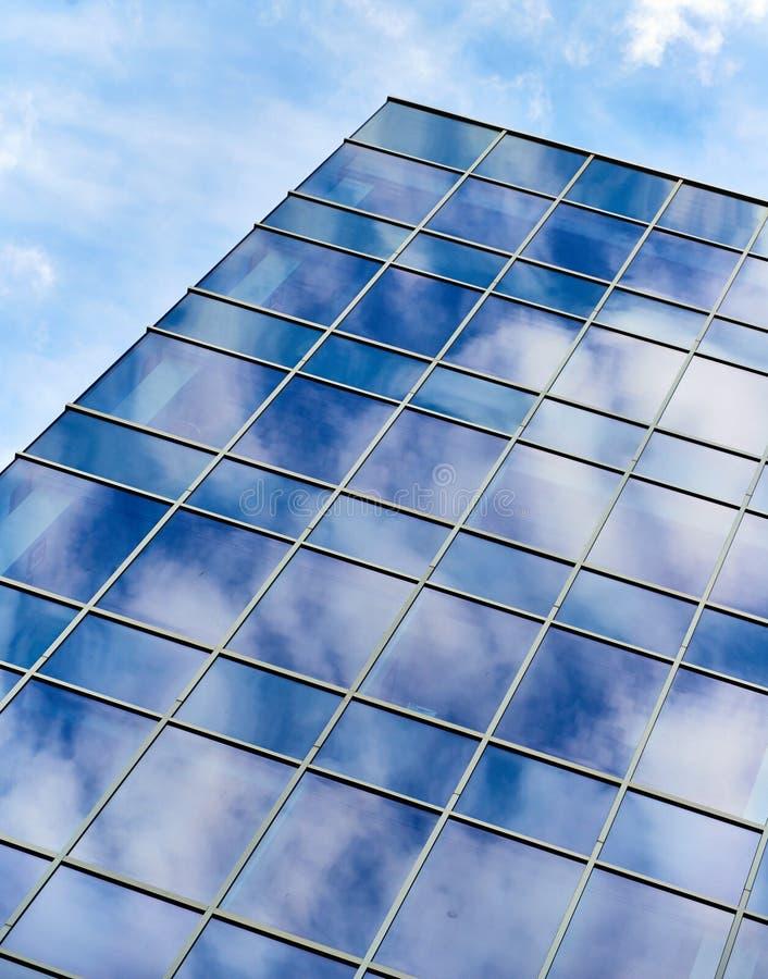 Αντανάκλαση οικοδόμησης γυαλιού μπλε ουρανού στοκ φωτογραφία με δικαίωμα ελεύθερης χρήσης