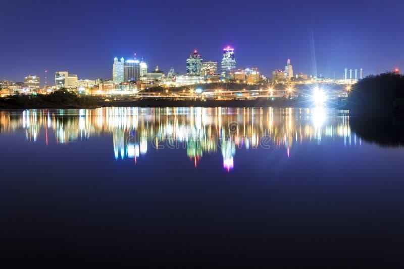 Αντανάκλαση οριζόντων πόλεων του Κάνσας πέρα από τον ποταμό του Μισσούρι στοκ φωτογραφίες