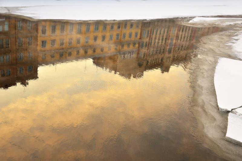 Αντανάκλαση στον ποταμό Fontanka το χειμώνα στοκ εικόνες