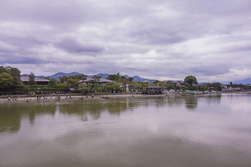 Αντανάκλαση του νεφελώδους ιαπωνικού ουρανού στον ποταμό στοκ φωτογραφία με δικαίωμα ελεύθερης χρήσης