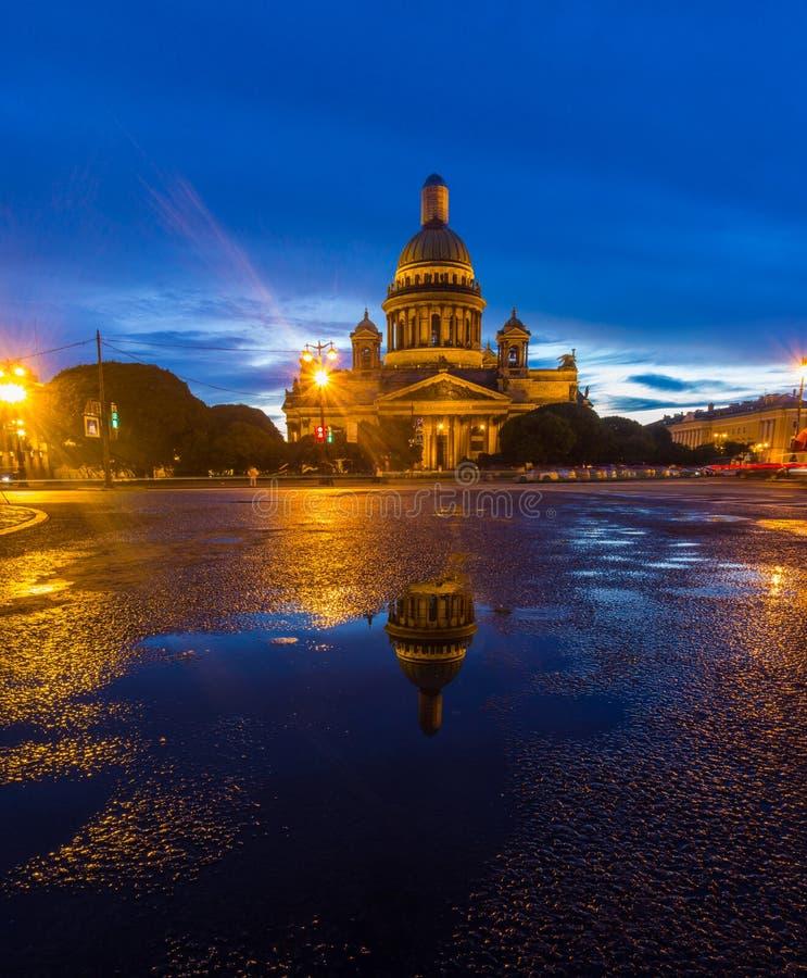Αντανάκλαση του ST Isaac& x27 καθεδρικός ναός του s σε μια λακκούβα στοκ φωτογραφία
