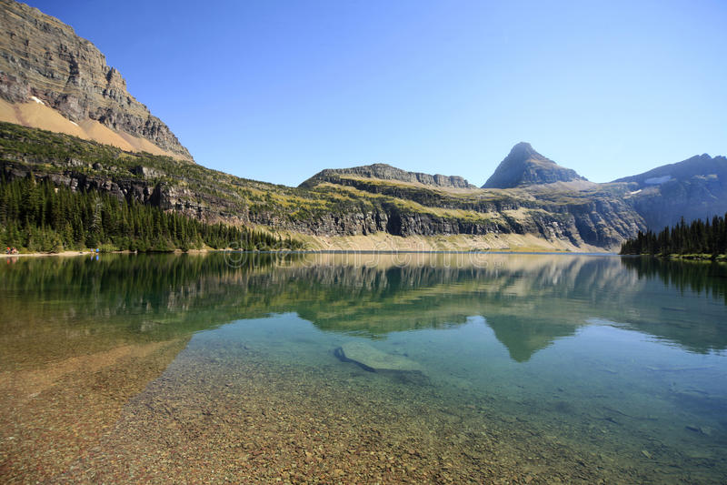 Αντανάκλαση των βουνών στην κρυμμένη λίμνη, εθνική ισοτιμία παγετώνων στοκ εικόνες