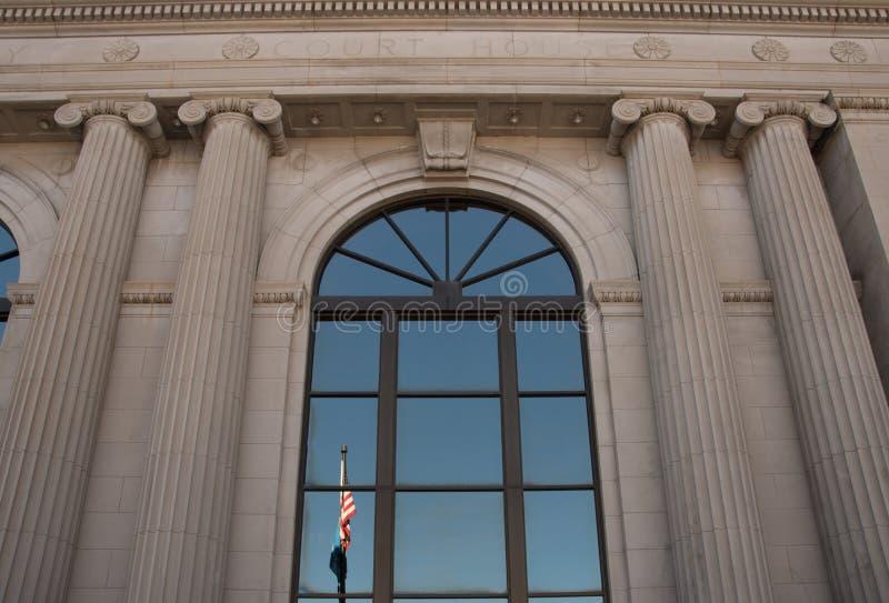 Αντανάκλαση των σημαιών στο δικαστήριο κομητειών Pennington στη γρήγορη νότια Ντακότα πόλεων στοκ φωτογραφία με δικαίωμα ελεύθερης χρήσης