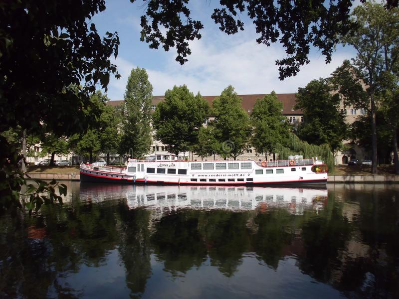 Αντανακλάσεις νερού στον ποταμό ξεφαντωμάτων, Σαρλότεμπουργκ, Βερολίνο στοκ εικόνες