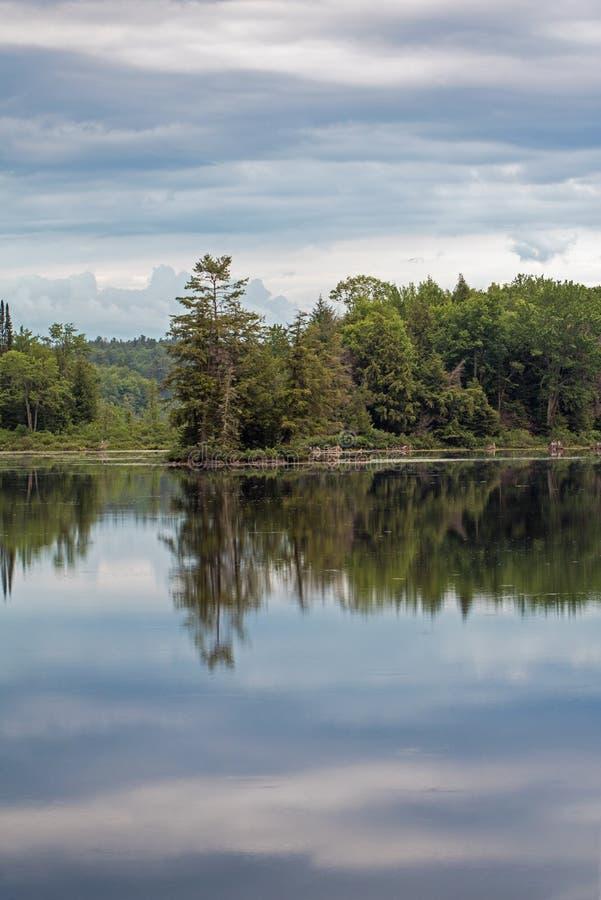 Αντανακλάσεις ξημερωμάτων καναδικά Backwoods στοκ φωτογραφία με δικαίωμα ελεύθερης χρήσης