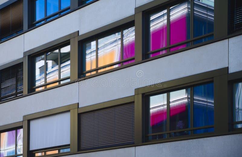 Αντανακλάσεις του χρωματισμένου τοίχου στο μέτωπο παραθύρων στοκ φωτογραφία