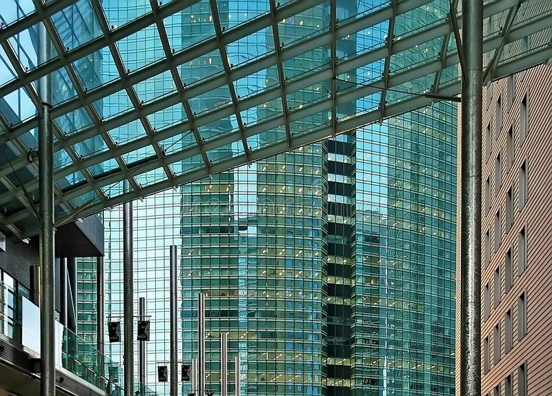 Αντανακλάσεις των κτηρίων (Τόκιο Ιαπωνία) στοκ φωτογραφία