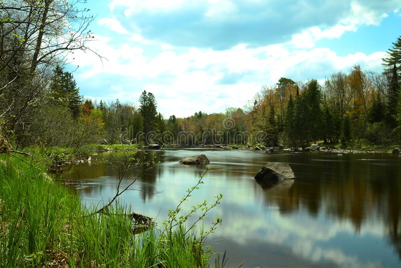 Αντανακλαστικός ουρανός stillness ποταμών στοκ φωτογραφίες με δικαίωμα ελεύθερης χρήσης
