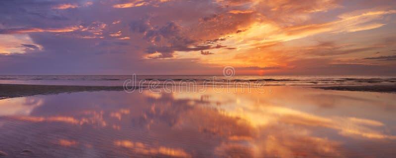 Αντανακλάσεις ηλιοβασιλέματος στην παραλία, νησί Texel, οι Κάτω Χώρες στοκ εικόνες με δικαίωμα ελεύθερης χρήσης