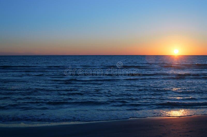 Αντανακλάσεις & σκιές ηλιοβασιλέματος παραλιών στο νερό στοκ φωτογραφίες με δικαίωμα ελεύθερης χρήσης