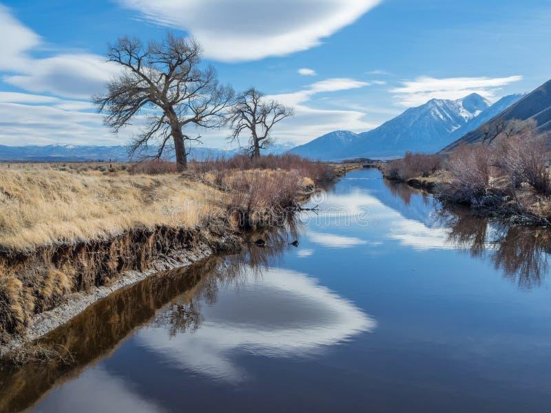 Αντανακλάσεις σύννεφων στην κοιλάδα ποταμών του Carson στοκ φωτογραφία