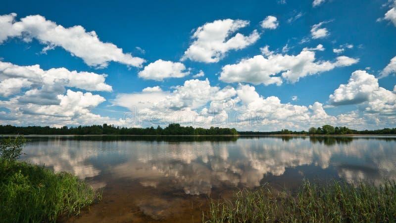 Αντανακλάσεις σύννεφων στη λίμνη στοκ εικόνες με δικαίωμα ελεύθερης χρήσης