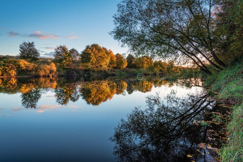 Αντανακλάσεις φθινοπώρου Τάιν ποταμών στοκ φωτογραφία με δικαίωμα ελεύθερης χρήσης