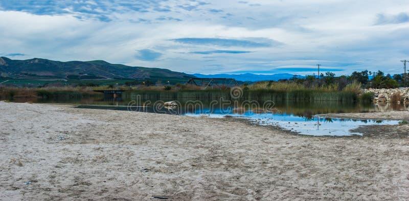 Αντανακλαστικό νερό λιμνών που παγιδεύεται at low tide στοκ φωτογραφία