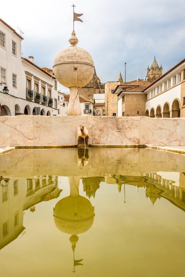 Αντανακλώντας στην πηγή Porta de Moura στη Evora, Πορτογαλία στοκ εικόνα
