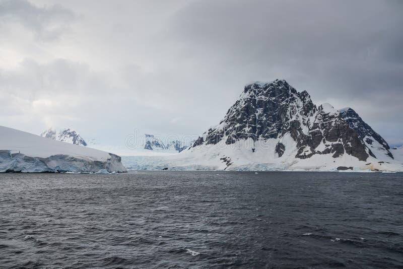 Ανταρκτικά βουνά που καλύπτονται από τα γκρίζα σύννεφα στοκ φωτογραφία με δικαίωμα ελεύθερης χρήσης