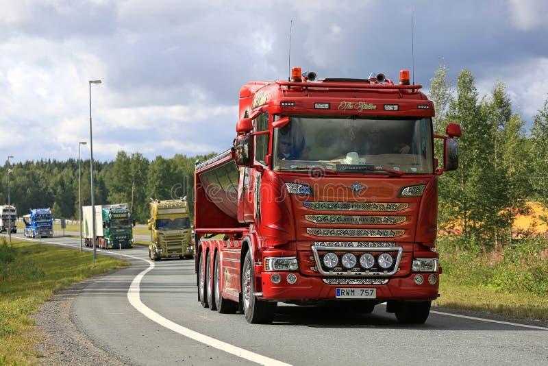 Ανταλλάξιμο φορτηγό Scania R560 ο επιβήτορας στη συνοδεία στοκ εικόνες