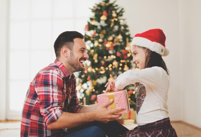 Ανταλλάσσοντας και ανοίγοντας χριστουγεννιάτικα δώρα πατέρων και κορών στοκ φωτογραφίες με δικαίωμα ελεύθερης χρήσης