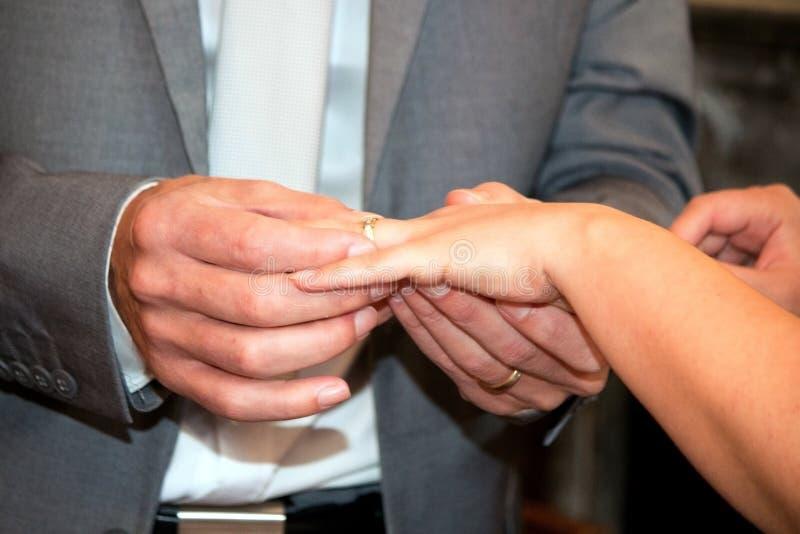Ανταλλαγή των δαχτυλιδιών στοκ φωτογραφία με δικαίωμα ελεύθερης χρήσης