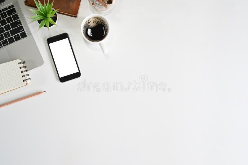 Αντιγράψτε smartphone, φορητό υπολογιστή, καφέ, βιβλίο και σημειωματάριο γιΠστοκ εικόνες με δικαίωμα ελεύθερης χρήσης