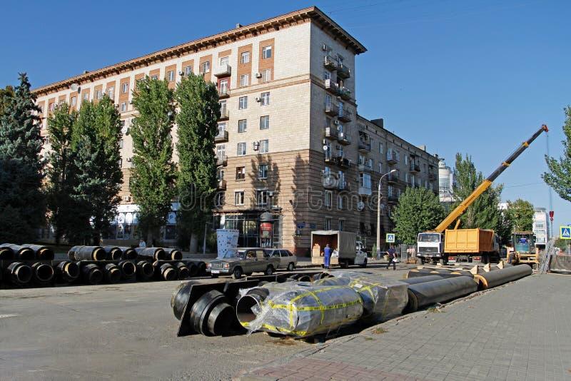 Αντικατάσταση της θέρμανσης των σωλήνων στην οδό σοβιετική στο Βόλγκογκραντ στοκ φωτογραφία