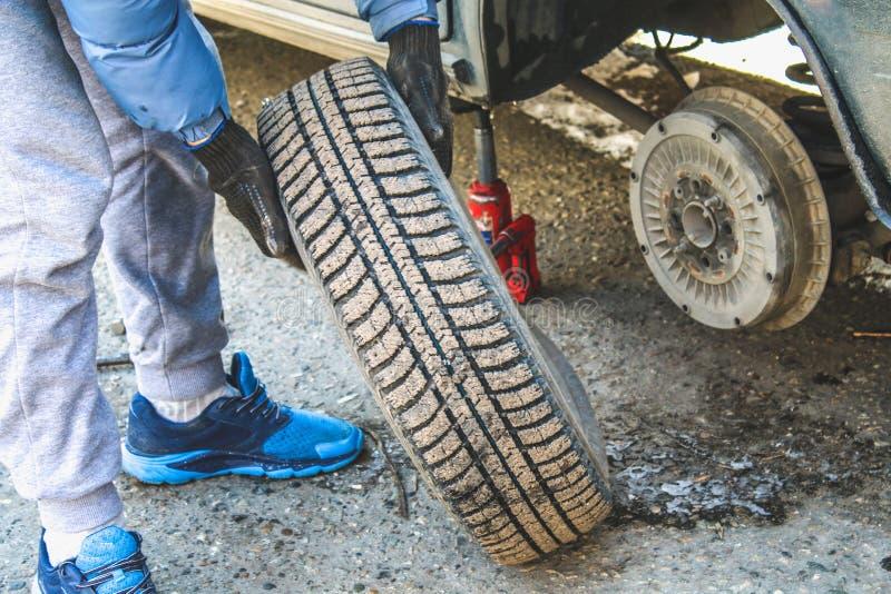 Αντικατάσταση lug των καρυδιών με το χέρι μεταβαλλόμενων τις ρόδες σε ένα όχημα στοκ φωτογραφία με δικαίωμα ελεύθερης χρήσης