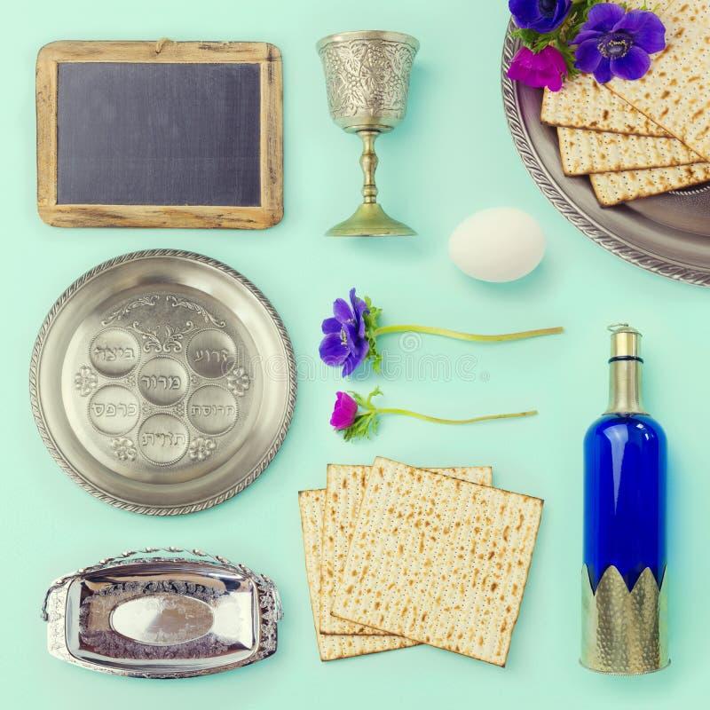 Αντικείμενα και τρόφιμα Passover που τίθενται για το δημιουργικό σχέδιο στοκ εικόνα