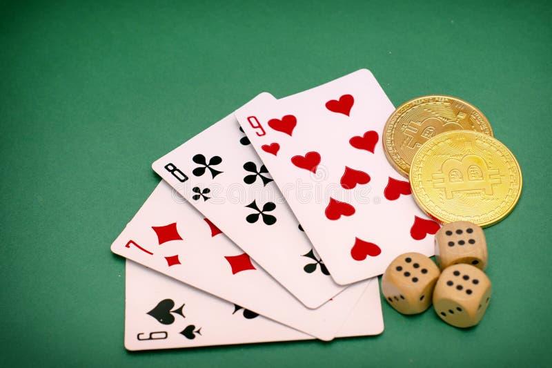 Αντικείμενα παιχνιδιών πόκερ - οι κάρτες παιχνιδιών, χωρίζουν σε τετράγωνα και bitcoins σε ένα πράσινο υπόβαθρο στοκ φωτογραφίες με δικαίωμα ελεύθερης χρήσης