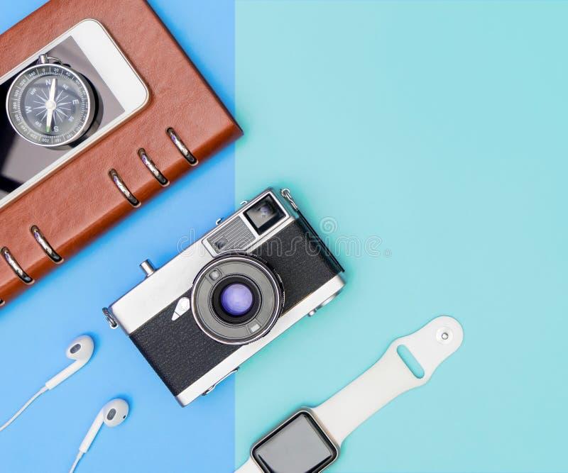 Αντικείμενα συσκευών ταξιδιού στο μπλε διάστημα αντιγράφων στοκ εικόνα