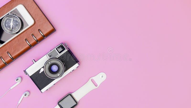 Αντικείμενα συσκευών ταξιδιού στο ρόδινο διάστημα αντιγράφων στοκ εικόνα με δικαίωμα ελεύθερης χρήσης