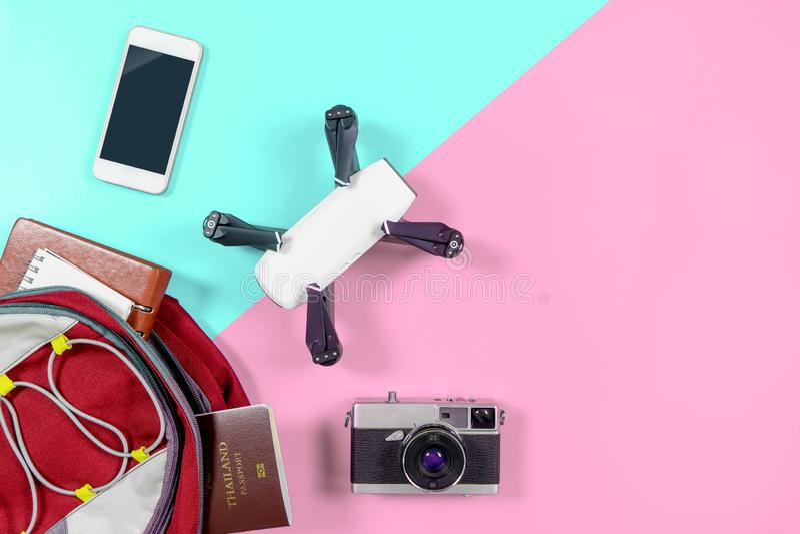 Αντικείμενα συσκευών ταξιδιού τουριστών Backpacker στο σακίδιο πλάτης στοκ φωτογραφία